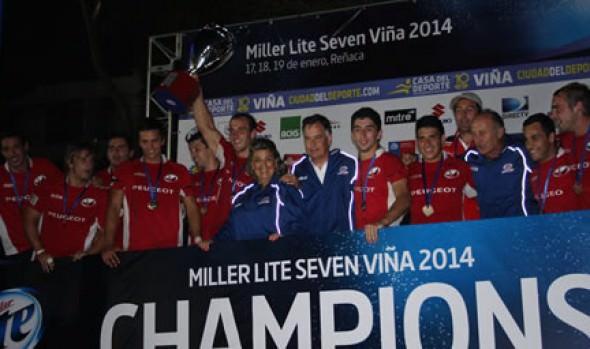 Selección chilena recibió copa de campeón del Miller Lite Seven Viña 2014, de parte de alcaldesa Virginia Reginato