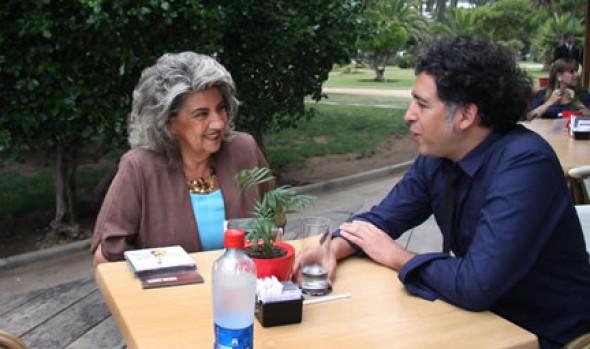 Alcaldesa Virginia Reginato compartió con cantautor Manuel García para adelantar su concierto en la Quinta Vergara