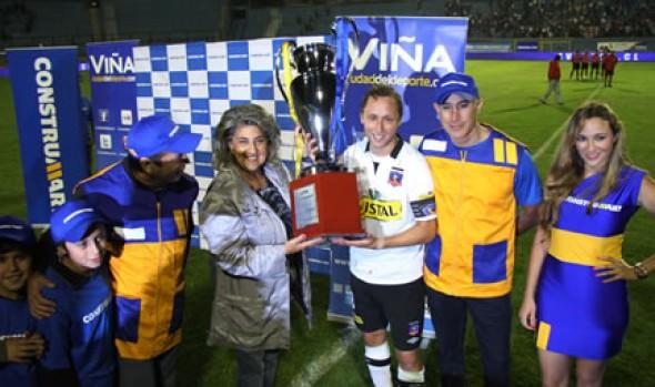 Alcaldesa Virginia Reginato entregó Copa Ciudad Viña del Mar a Colo Colo