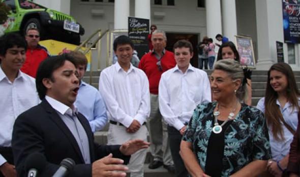 Alcaldesa Virginia Reginato recibió saludo musical de tenor Tito Beltrán