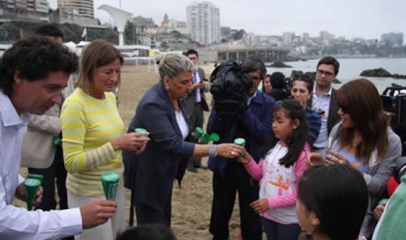 """Alcaldesa Virginia Reginato entregó mini basureros para campaña  """"Yo limpio mi playa"""" en Viña del Mar"""