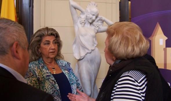 Alcaldesa Virginia Reginato entregó a la comunidad las 4 esculturas restauradas del Teatro Municipal