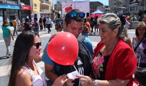 Alcaldesa Virginia Reginato regaló globos a los viñamarinos y turistas para celebrar el Día del Amor