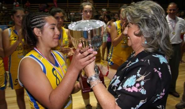 """Alcaldesa Virginia Reginato entregó copa Viña Ciudad del Deporte"""" en clausura de torneo de básquetbol femenino sub-19"""