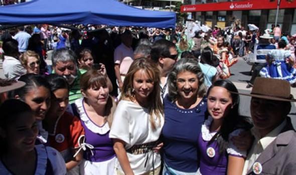 Alcaldesa Virginia Reginato junto a Eva Gómez compartieron con agrupaciones folclóricas de la comuna