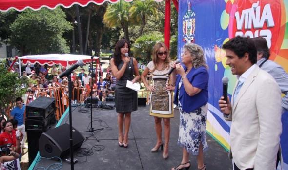 Alcaldesa Virginia Reginato junto a animadores y parte del jurado del Festival encabezaron la Gala Vecinal