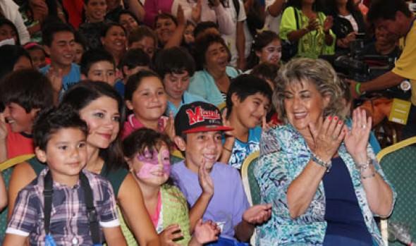 Alcaldesa Virginia Reginato compartió junto a candidatas a Reina del Festival con niños de toda la comuna