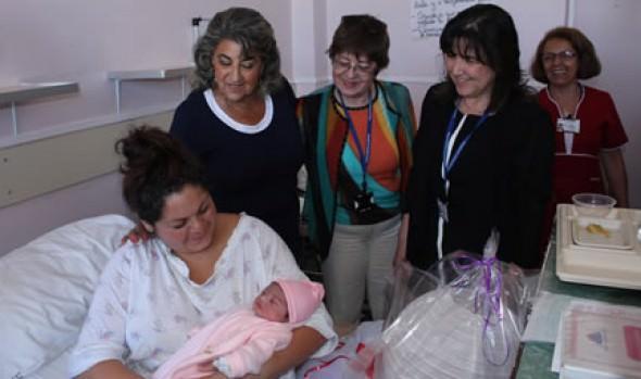 Primera guagua nacida en la región fue visitada por alcaldesa Virginia Reginato
