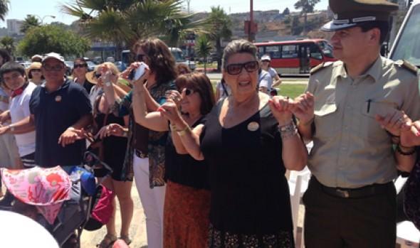 Cadena humana unida por el meñique con participación de alcaldesa Virginia Reginato se alcanzó récord mundial