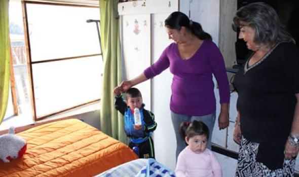 Familia de Achupallas recibe camarote y ropa de cama para fortalecer su protección social