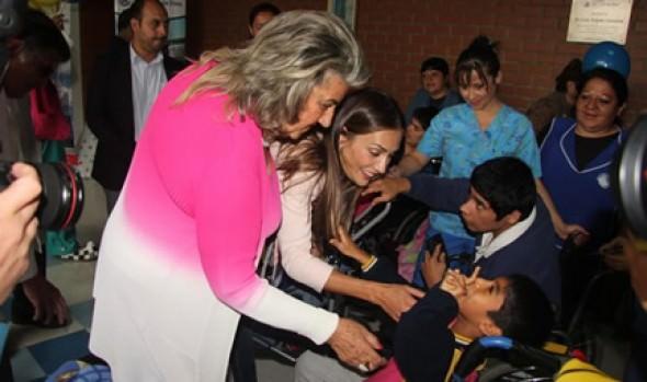 Alcaldesa Virginia Reginato y animadora del Festival de Viña visitaron el Sanatorio Marítimo