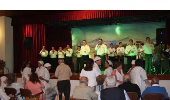 Grupo La Sonora Palacios y alcaldesa Virginia Reginato llevaron alegría  a abuelitos de hogar Hermanitas de los Pobres