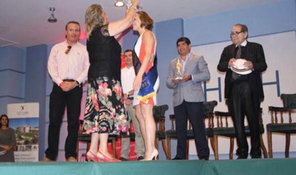 Actriz Sigrid Alegría fue coronada Reina del Festival de Viña 2014 por alcaldesa Virginia Reginato