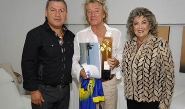 Camiseta de Everton regala alcaldesa Virginia Reginato a Rod Stewart