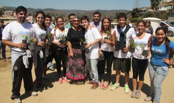 """""""Mechoneo social"""" de alumnos de Universidad Adolfo Ibáñez fue valorado por alcaldesa Virginia Reginato"""
