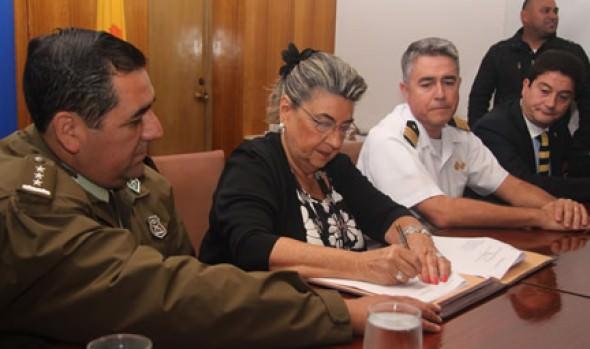 Armada, Carabineros, PDI y alcaldesa Virginia Reginato firman acta de Comisión de Borde Costero