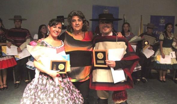 Ganadores de comunal de cueca de Viña del Mar fueron premiados por alcaldesa Virginia Reginato