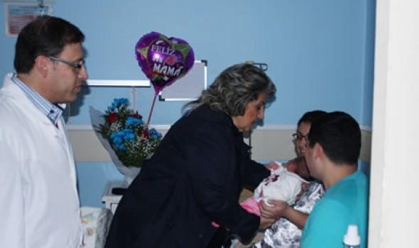 Nuevas madres en el Hospital Gustavo Fricke recibieron ajuares de parte de alcaldesa Virginia Reginato