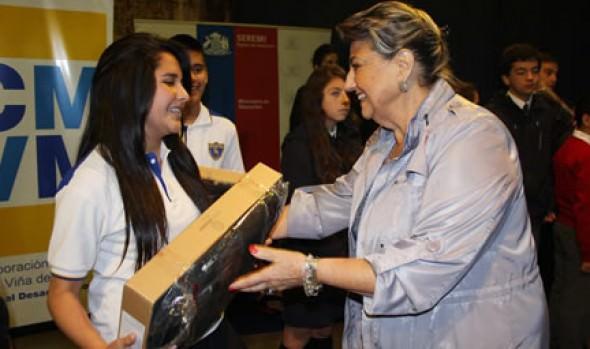 Escolares viñamarinos recibieron computadores de parte de alcaldesa Virginia Reginato,  seremi de Educación y JUNAEB