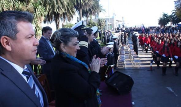 Desfile en honor a las Glorias Navales en Viña del Mar fue encabezado por alcaldesa Virginia Reginato