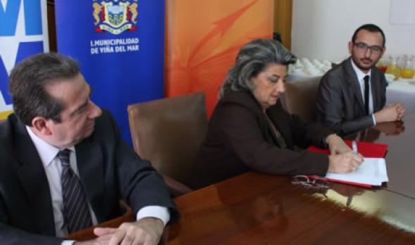 Corporación Municipal de Viña del Mar firma convenio para preuniversitario gratis a alumnos destacados