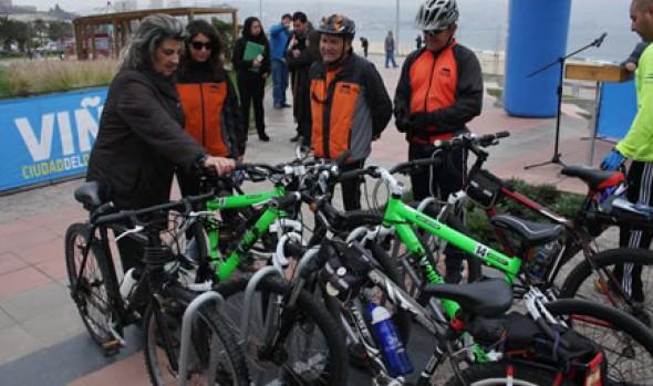 Instalación de primeros parqueaderos para bicicletas en borde costero fue destacado por alcaldesa Virginia Reginato