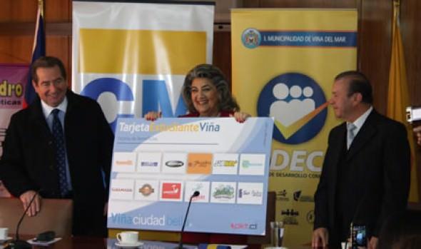 5 mil estudiantes reciben tarjeta de beneficios de parte de alcaldesa Virginia Reginato
