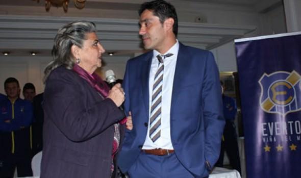 Emotivo saludo brindó alcaldesa Virginia Reginato a Antonio Bloise, como presidente de Everton