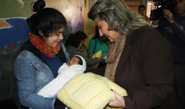 Rescate de tradición de tejer ajuares para bebé fue valorado por alcaldesa Virginia Reginato