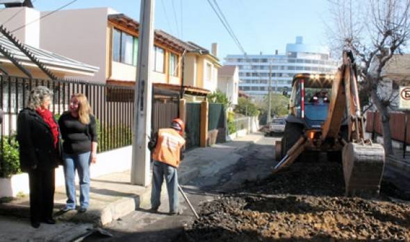 Municipio de Viña del Mar repara con capa asfáltica calles de Cerro Castillo