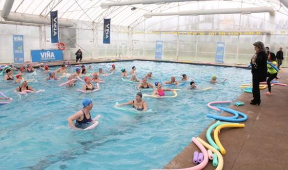 Adultos Mayores de Viña del Mar disfrutan y se benefician con hidrogimnasia