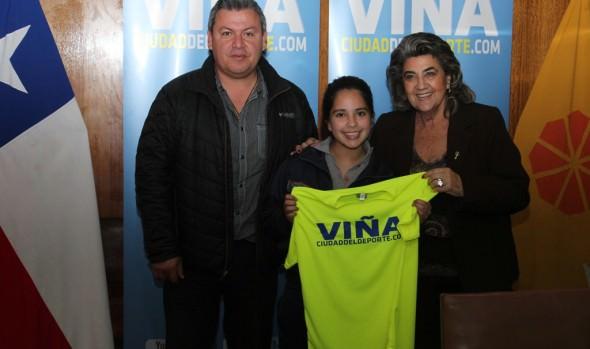 Juego de  camisetas entregó a alcaldesa Virginia Reginato a seleccionadas de básquetbol, sub 13