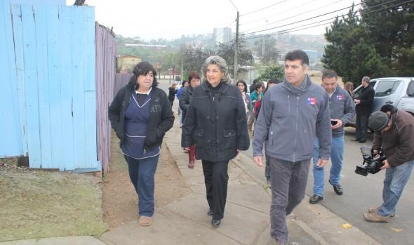 Familias viñamarinas beneficiadas con subsidio para mejorar sus viviendas, fueron visitadas por alcaldesa Virginia Reginato y director del Serviu