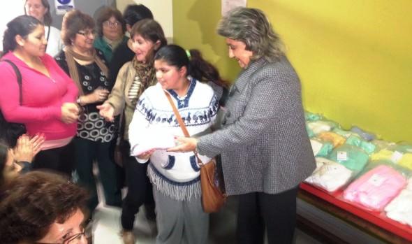 Mamás de Nueva Aurora recibieron ajuares tejidos para sus bebés