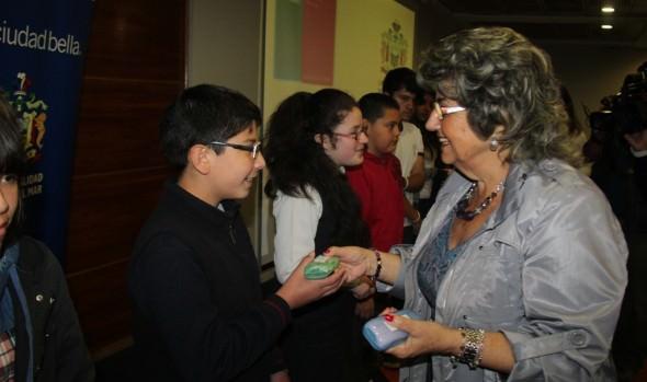 JUNAEB y alcaldesa Virginia Reginato entregaron lentes ópticos a niños viñamarinos