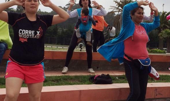 Clases de zumba  junto al mar hacen  bailar a cientos de viñamarinos