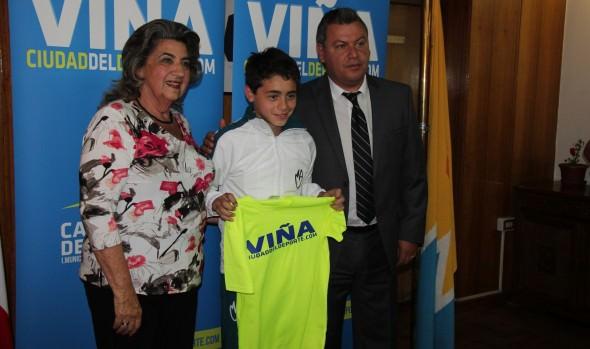 Camisetas a representantes de Viña del Mar en finales de fútbol nacional entregó alcaldesa Virginia Reginato