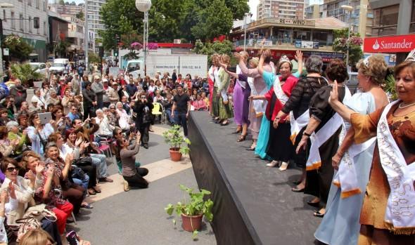 Desfile de modas de candidatas al Reinado del Adulto Mayor fue encabezado por alcaldesa Virginia Reginato