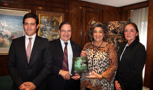 Coaniquem entregó reconocimiento a alcaldesa Virginia Reginato por aporte comunal en reciclaje de vidrios