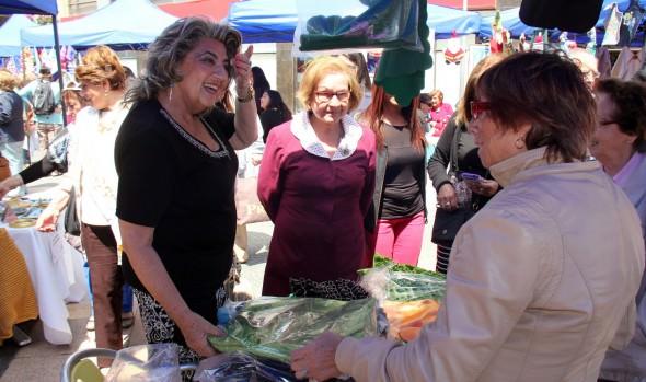 Emprendimientos de mujeres y adultos mayores de Viña del Mar fue valorado por alcaldesa Virginia Reginato en muestra navideña
