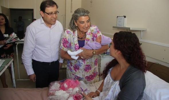 Saludo a  las primeras mamás del 2015 realizó alcaldesa Virginia Reginato en maternidad de Hospital Gustavo Fricke