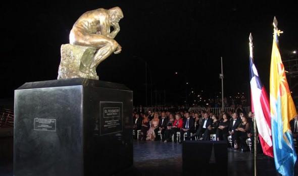 """Monumental escultura """"El Pensador"""" de Auguste Rodin donada por Farkas fue recepcionada por alcaldesa Virginia Reginato"""