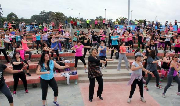 Municipalidad de Viña del Mar invita a despedir el verano con zumba nocturna en Playa del Deporte
