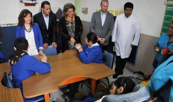 Niños del Sanatorio Marítimo recibieron visita de alcaldesa Virginia Reginato y parte del jurado del Festival