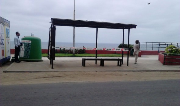 Municipalidad de Viña del Mar mejora aceras en varios sectores de la ciudad y cambia refugio peatonal