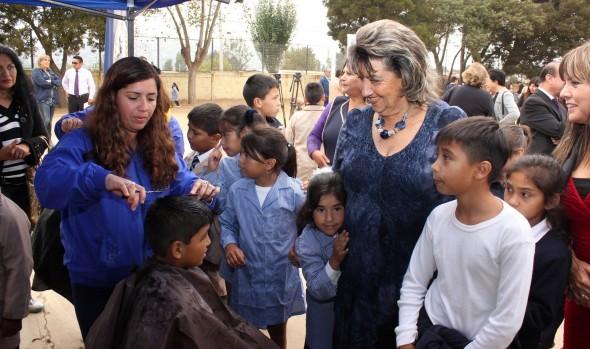 Operativo de corte de pelo a escolares de Viña del Mar fue encabezado por alcaldesa Virginia Reginato