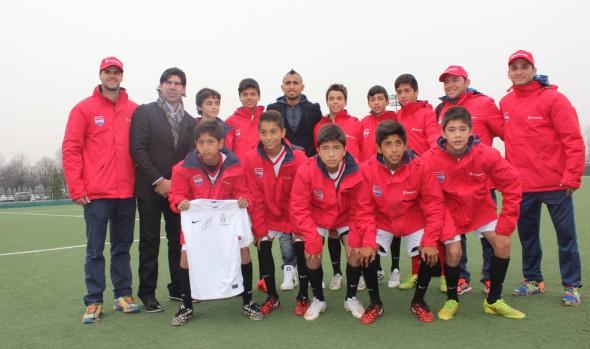 Integrantes del equipo sub 12 del Colegio María Auxiliadora que se encuentra en Italia recibió visita del Artruo Vidal