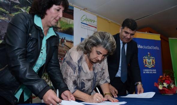 Contrato de barrio para obras de mejoramiento en  Pueblo Hundido firmaron alcaldesa Virginia Reginato y SERVIU