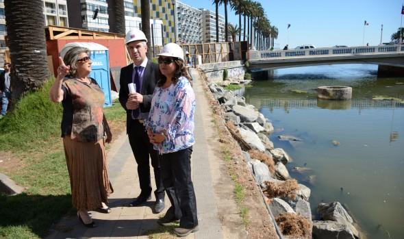 Reparación de socavón de Av. Marina fue inspeccionado por alcaldesa Virginia Reginato y el Seremi de MOP