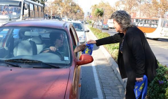 Su compromiso con el medio ambiente reafirmó alcaldesa Virginia  Reginato, obsequiando plantas y bolsas biodegradables